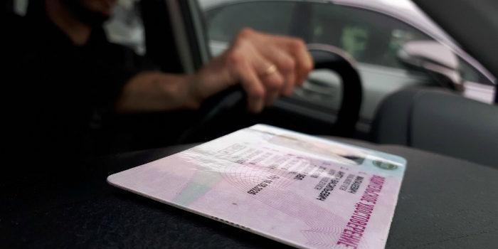 Водительские права и паспорта с истекающим сроком действия продлят до 15 июля