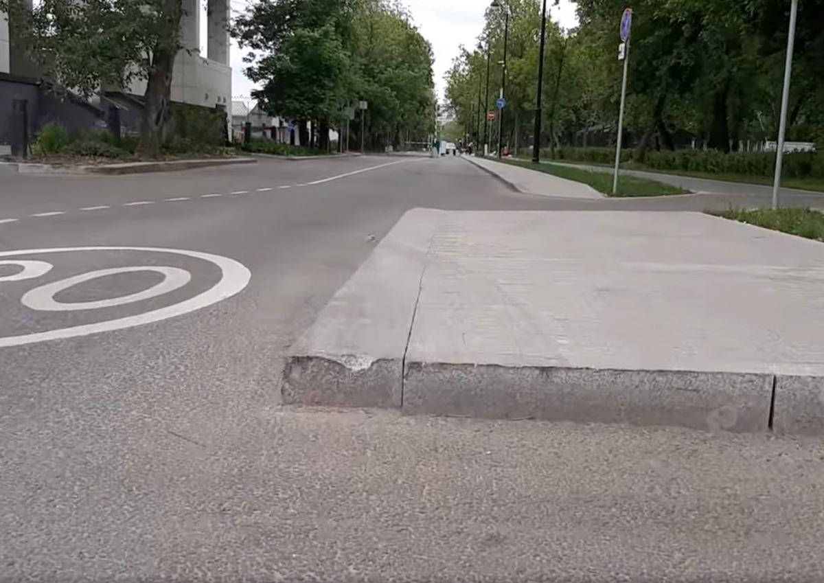 Московские автовладельцы пожаловались на опасно выступающие на проезжую часть тротуары